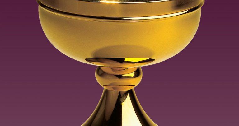 Do czego służy puszka w trakcie liturgii?
