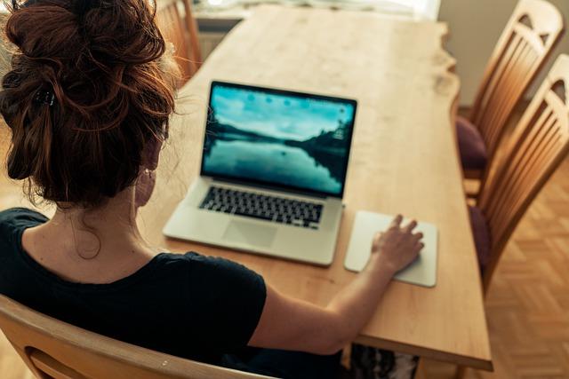 Kobieta w pracy w branży IT. Jakie są najczęstsze mity?